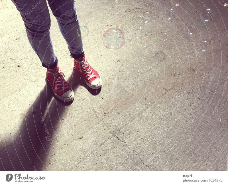 standing Lifestyle Freude Junge Frau Jugendliche 1 Mensch 13-18 Jahre 18-30 Jahre Erwachsene Schuhe Chucks stehen authentisch trendy einzigartig retro rot