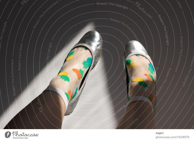 mal die Füße hochhalten Lifestyle Stil feminin Junge Frau Jugendliche Erwachsene 1 Mensch 18-30 Jahre 30-45 Jahre 45-60 Jahre Strümpfe Schuhe Ballerina liegen