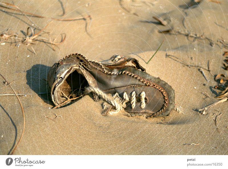 Alter Schuh Strand Schuhe alt Sand Strangut zerschließen weggeworfen