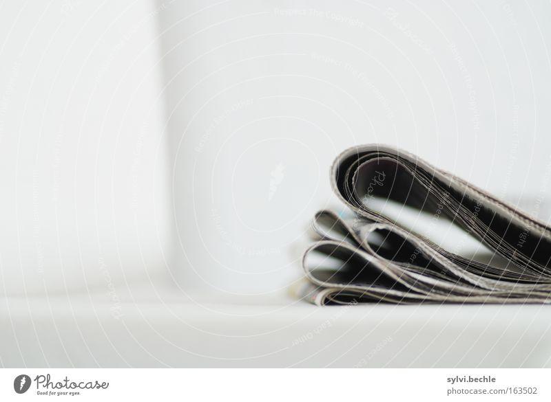 ausgelesen weiß schwarz Erholung grau Medien Freizeit & Hobby Papier Lifestyle authentisch Kommunizieren Kultur Bildung Zeitung entdecken Dienstleistungsgewerbe