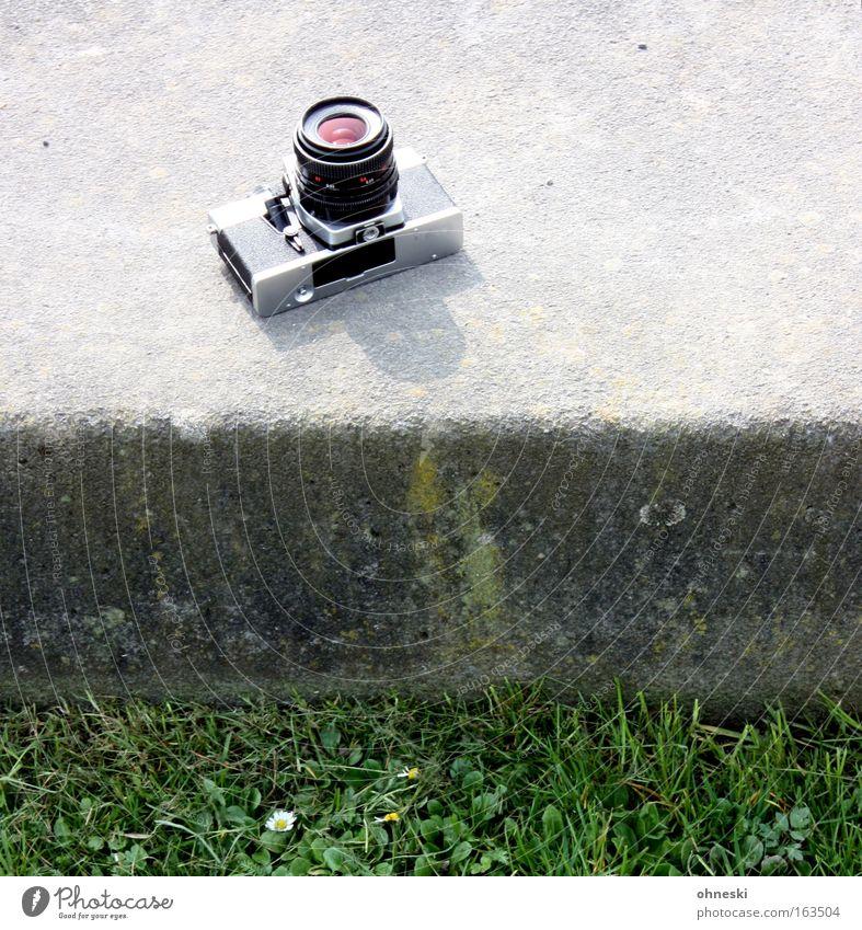 Photocaseusertreffenfotoapparat alt Gras Stein Fotografie Design retro Technik & Technologie Ruhrgebiet Fotokamera analog Bochum Medienbranche