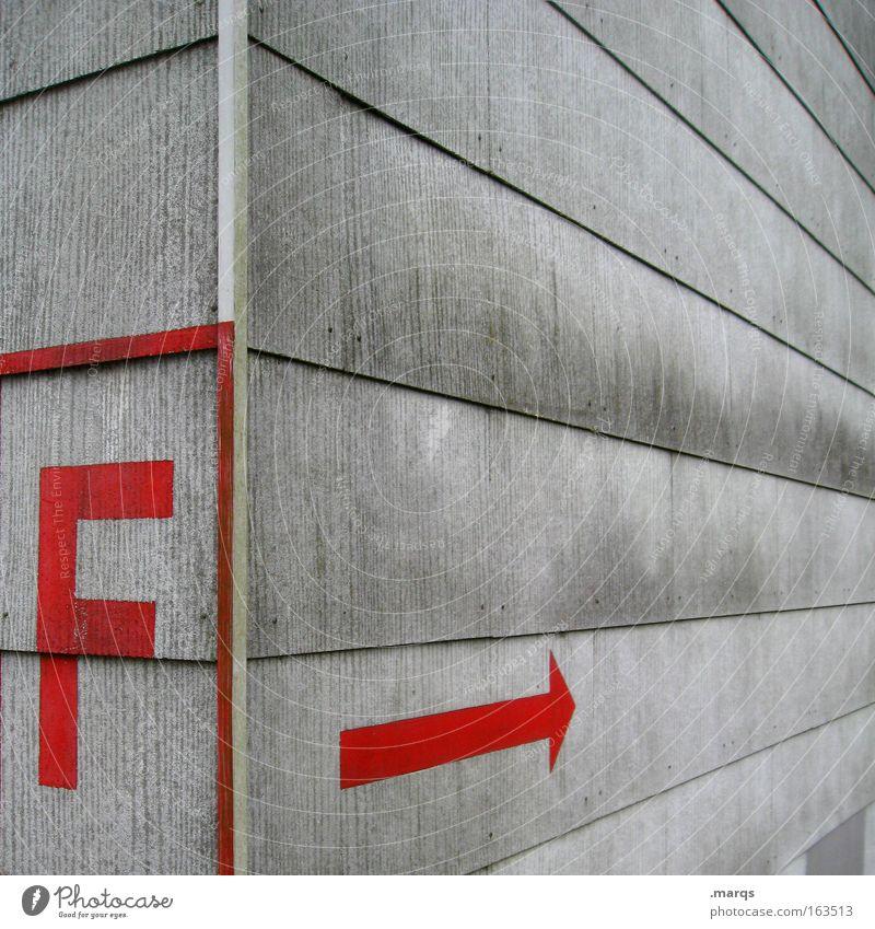 F rot grau Hochhaus Fassade Perspektive Ecke Schriftzeichen bedrohlich Buchstaben Pfeil Zeichen Hinweisschild Geometrie Schutz Feuerwehr Notfall