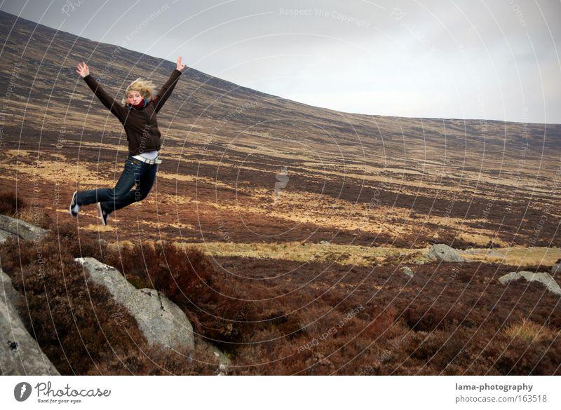 Und ich fliiiieg.... Mensch Jugendliche Freude Ferien & Urlaub & Reisen Ferne feminin springen Berge u. Gebirge Freiheit träumen Landschaft Gesundheit Erwachsene Wind fliegen Frau