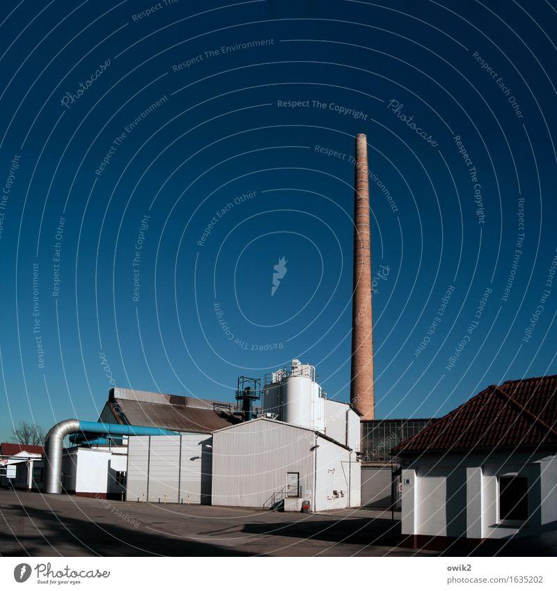 Wirtschaftswachstum Wolkenloser Himmel Klima Schönes Wetter Industrieanlage Fabrik Bauwerk Gebäude Schornstein stehen fest hoch Optimismus Erfolg Kraft