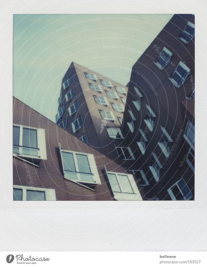 Gehry ist schon ein schräger Typ Gedeckte Farben Außenaufnahme Polaroid Menschenleer Textfreiraum oben Tag Schatten Silhouette Düsseldorf Deutschland Skyline