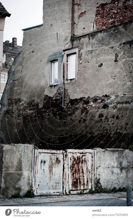 Schmidt 3x klingeln alt Haus Fenster Wand Gebäude Mauer Deutschland Fassade Vergänglichkeit historisch Bauwerk verfallen Verfall Stadtzentrum Tor schäbig