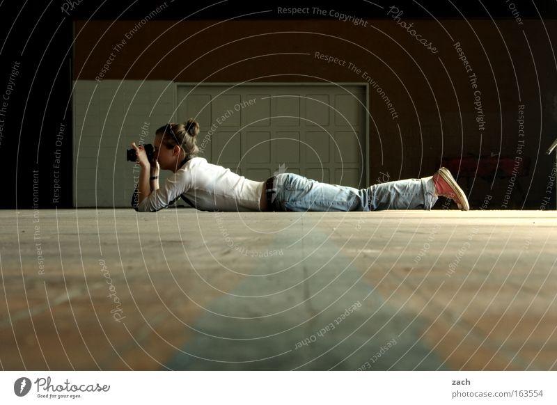 Auf der Lauer liegen Fotografieren Fotokamera flach Frau Motiv Objektiv Bild Apparatur