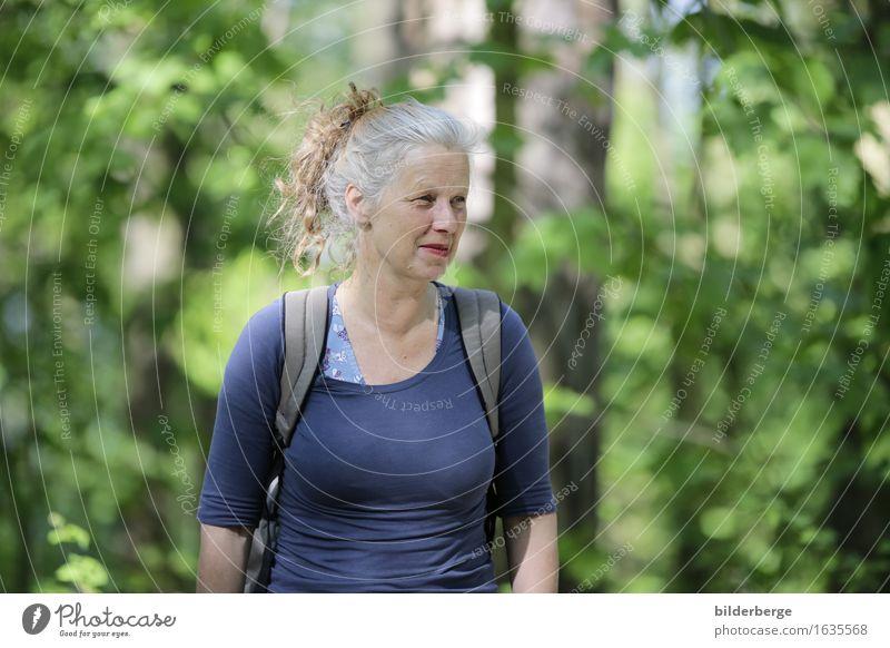 Frau im Wald Lifestyle Ferien & Urlaub & Reisen Tourismus Ausflug Abenteuer feminin Erwachsene Natur Landschaft Baum Stadtrand Haare & Frisuren brünett
