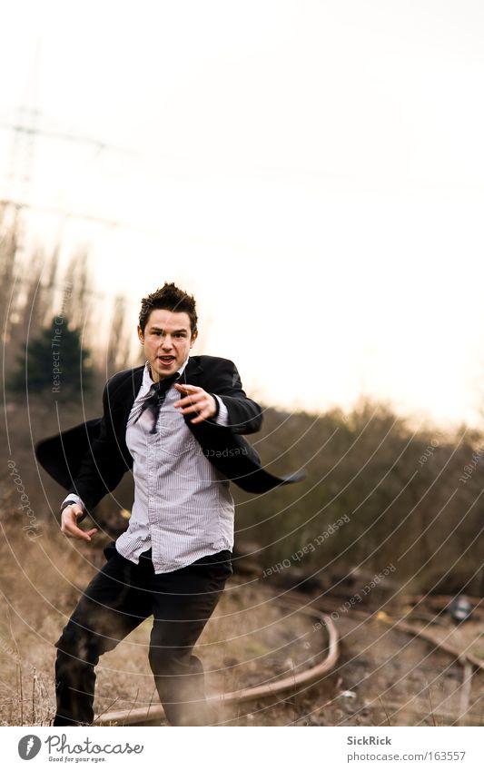 Catch me! Mensch Jugendliche gelb Arbeit & Erwerbstätigkeit Bewegung Erwachsene laufen Abenteuer rennen Geschwindigkeit maskulin Energiewirtschaft Gleise Jagd Anzug