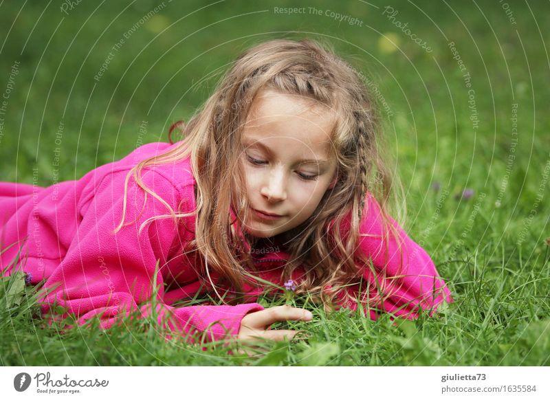 Girl day dreaming || Spielen Garten feminin Mädchen Kindheit 1 Mensch 3-8 Jahre 8-13 Jahre blond langhaarig genießen Lächeln träumen Glück schön rosa