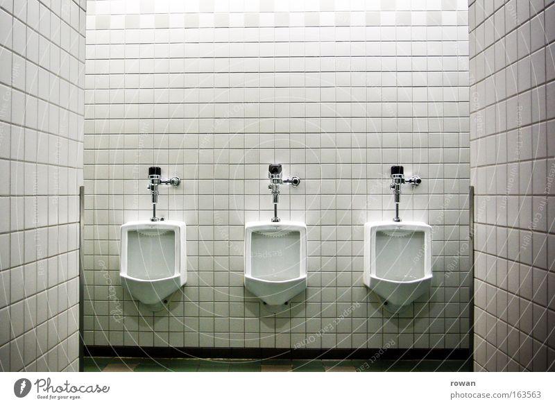 zu dritt Gedeckte Farben Innenaufnahme Menschenleer Textfreiraum oben Kunstlicht Schwache Tiefenschärfe Zentralperspektive Bad kalt Reinlichkeit Sauberkeit