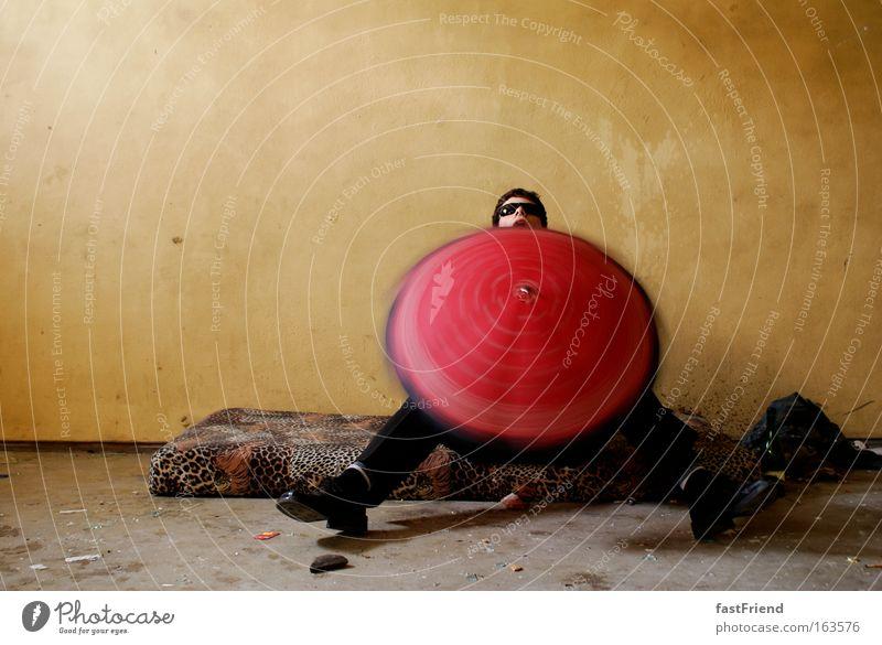 und er dreht sich doch! Mensch alt rot Freude Erwachsene Spielen Bewegung Glück lustig sitzen maskulin Fröhlichkeit verrückt festhalten Neugier 18-30 Jahre