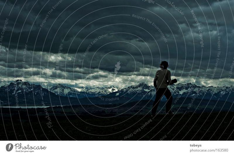 Frodo Mensch Himmel Natur Jugendliche Landschaft Ferne Umwelt Berge u. Gebirge Freiheit gehen Regen Wind Kraft groß wandern Tourismus