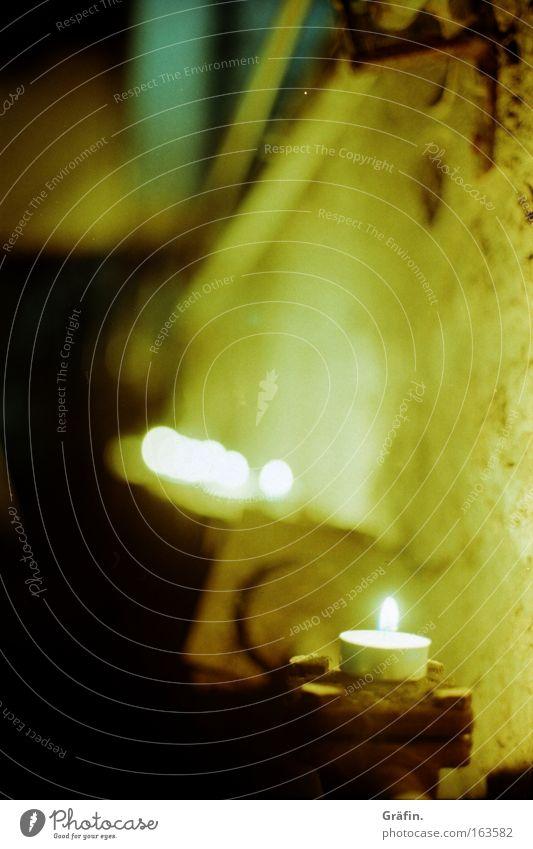 Lichterkette Gedeckte Farben Innenaufnahme Detailaufnahme Lomografie Holga Abend Langzeitbelichtung Starke Tiefenschärfe Industrieanlage Mauer Wand Kellerwand