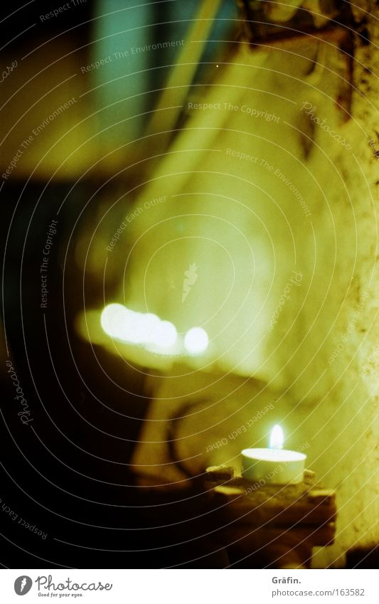 Lichterkette gelb dunkel Wand Mauer dreckig Kerze Romantik kaputt verfallen Eisenrohr Putz Zerstörung Industrieanlage Kellerwand