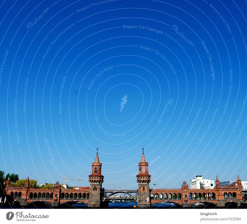 Oberbaumbrücke, Berlin Farbfoto Außenaufnahme Menschenleer Textfreiraum oben Tag Sonnenlicht Totale Panorama (Aussicht) Himmel Wolkenloser Himmel Fluss Stadt