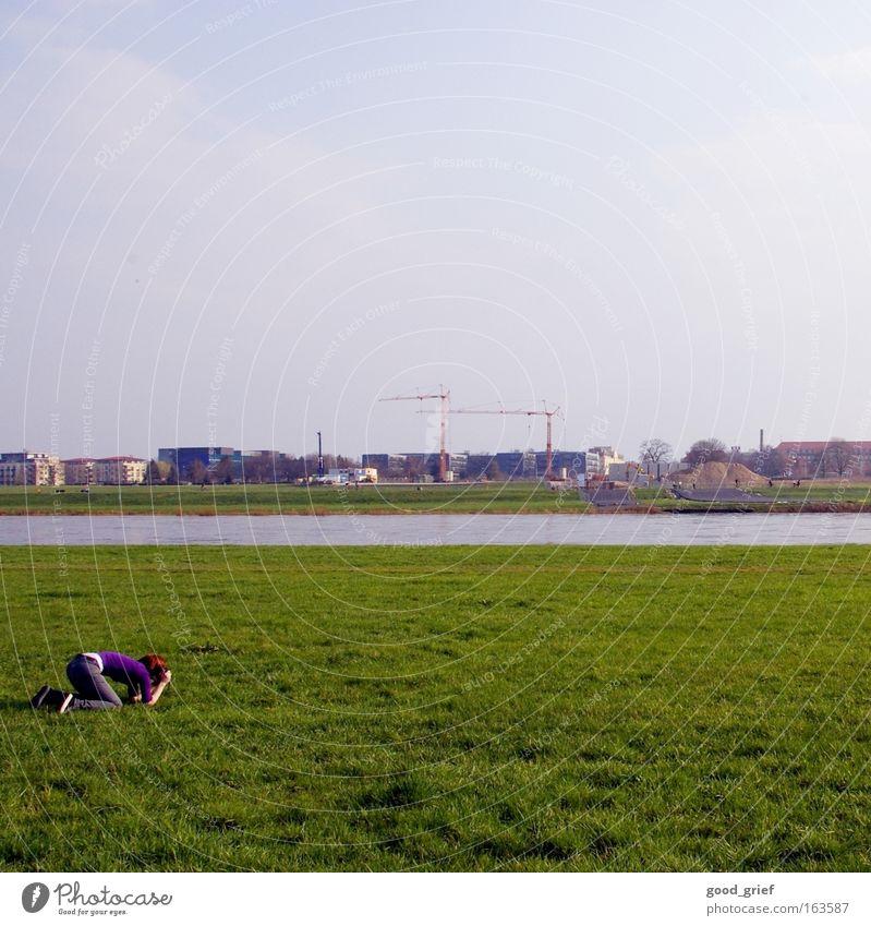 [DD|Apr|09] Motiv- Wiese Dresden Gras Elbe Fluss Kran Fotografieren Jo.Sephine Knie knien Hinterteil Gesäß Himmel Sommer Sonne Frühling usertreffen