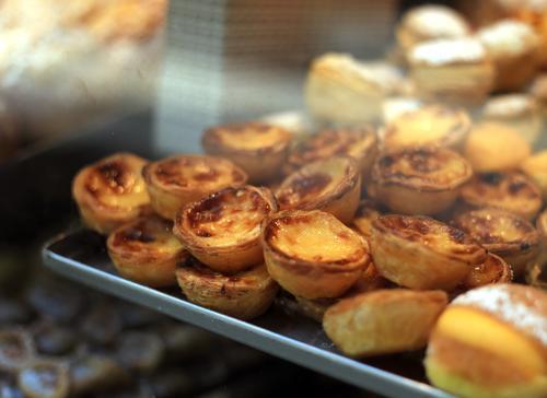Pastel de Nata Lebensmittel Dessert Süßwaren Ernährung Essen Stimmung süß Lissabon Pudding Blätterteig Bäckerei Tradition Kalorie Farbfoto Innenaufnahme