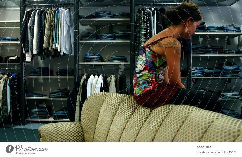 Finanzkrise Mensch Jugendliche Erwachsene feminin Traurigkeit Stimmung Mode Bekleidung Müdigkeit Ladengeschäft Zukunftsangst Langeweile Handel Junge Frau Frau bequem