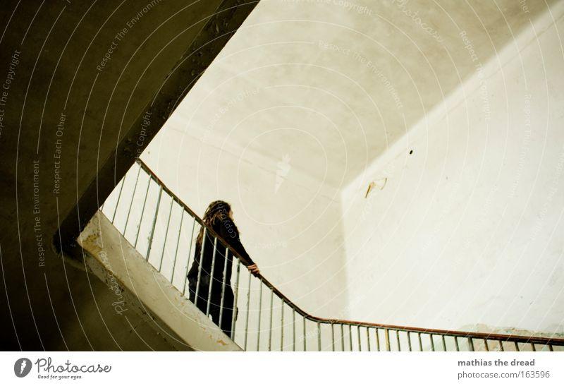 FLUCHTPUNKT Mensch Mann alt Erwachsene dunkel Wand Bewegung Gebäude Traurigkeit Mauer Linie Raum Treppe maskulin kaputt