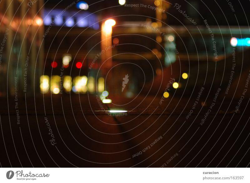 """""""Night Shot"""" auf """"Light Spot"""" Farbfoto mehrfarbig Außenaufnahme Menschenleer Nacht Kunstlicht Licht Reflexion & Spiegelung Lichterscheinung Starke Tiefenschärfe"""
