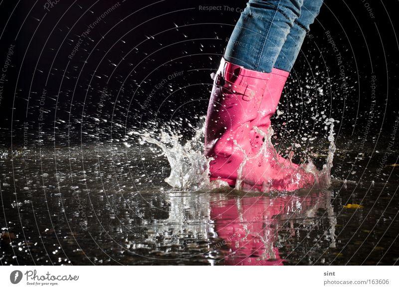 pfützenspiele Wasser Schuhe Straße springen Bewegung Regen rosa nass Freude Spielen retro einzigartig einfach Unwetter Lebensfreude