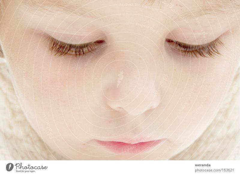Versunkenes Mädchen Mensch Kind Gesicht ruhig Auge träumen Denken Mund hell nah zart Konzentration sanft untergehen Wimpern