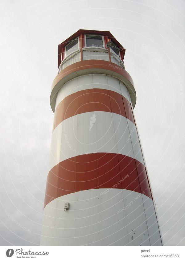 Leuchtturm weiß rot grau Nebel Turm