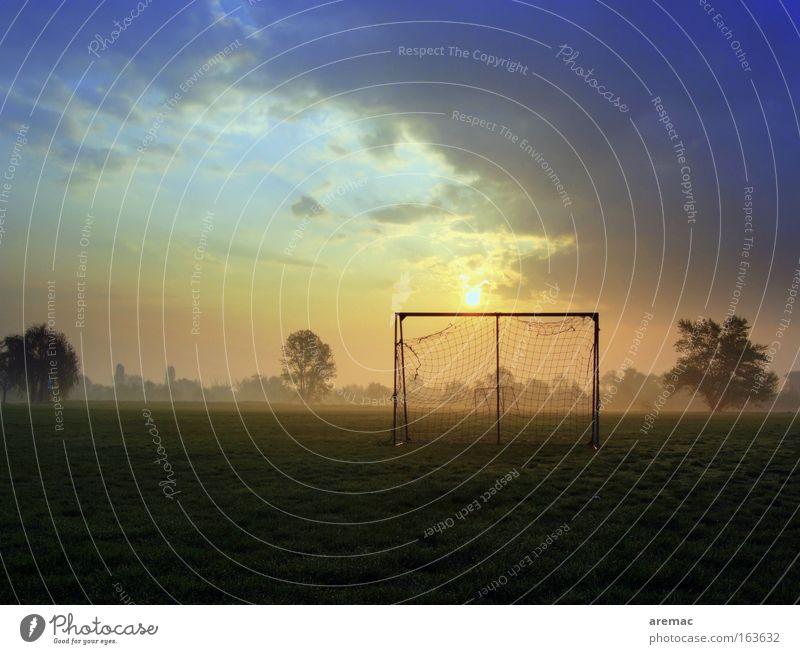 Frühsport Spielen Freizeit & Hobby Fußball groß Sport-Training Fußballplatz Ballsport Sonnenaufgang Morgen Sportplatz Sportstätten