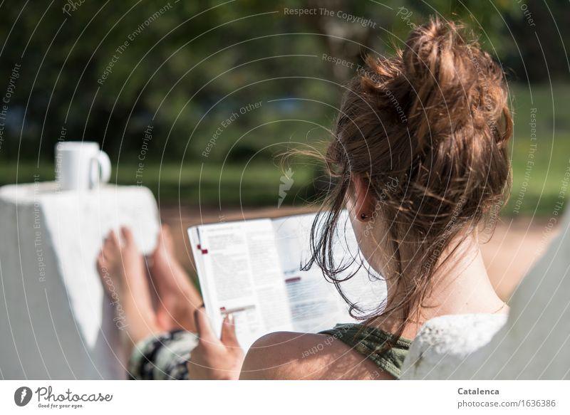 Es kommt alles auf die Umgebung an Mensch Natur Jugendliche Sommer Junge Frau Ferne 18-30 Jahre Erwachsene natürlich feminin Mauer Denken Garten