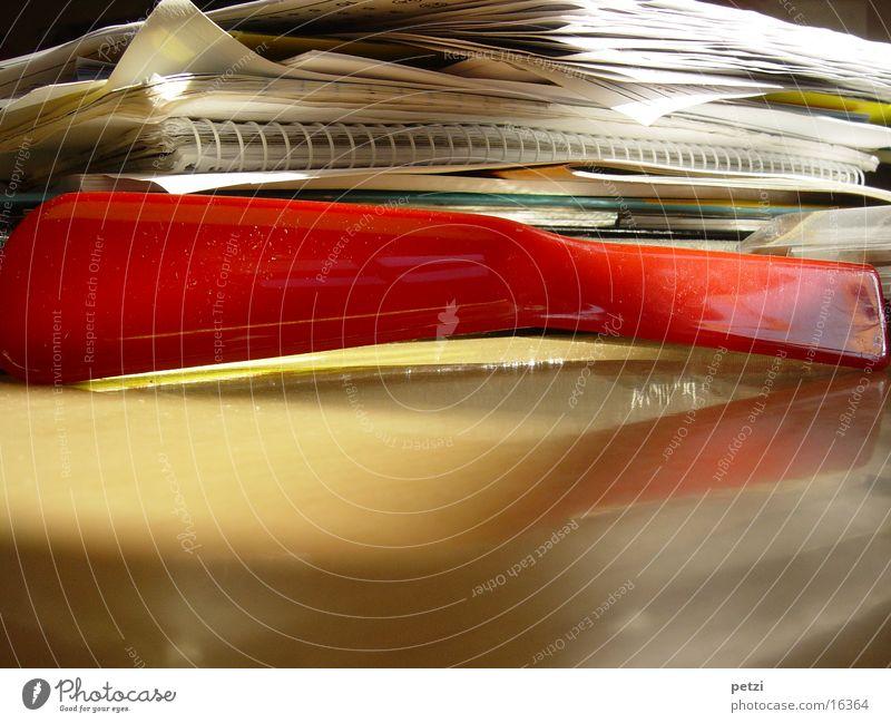 Roter Schuhlöffel Tisch rot Papier Ringbuchordner Reflexion & Spiegelung Schulöffel