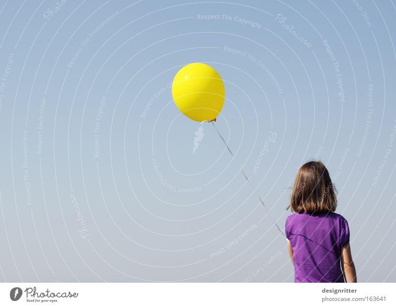 Leicht-ich-keit Mädchen Luftballon leicht Leichtigkeit Aufwind aufsteigen fliegen sanft zerbrechlich verwundbar frei Freiheit Raum