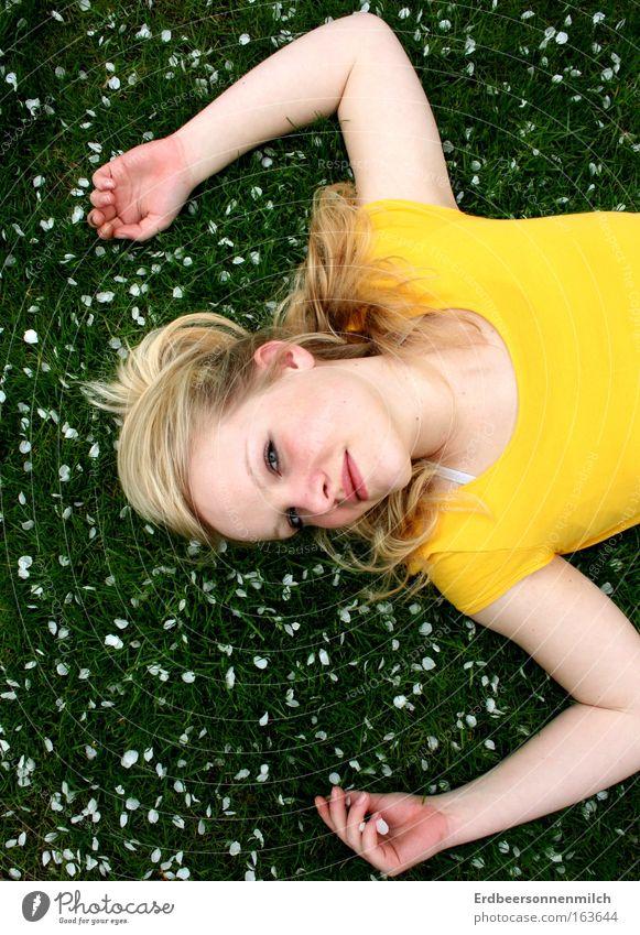Leo Sonnenschein. Mensch Natur Jugendliche Pflanze Freude Ferien & Urlaub & Reisen Wiese feminin Gras Glück Park Landschaft Zufriedenheit Fröhlichkeit