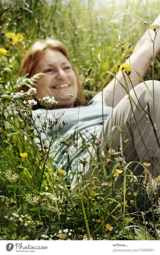 erwachsene, reife frau liegt im hohen gras und lacht Frau Erwachsene Wiese Blumenwiese genießen Lächeln liegen natürlich Freude Glück Fröhlichkeit Zufriedenheit