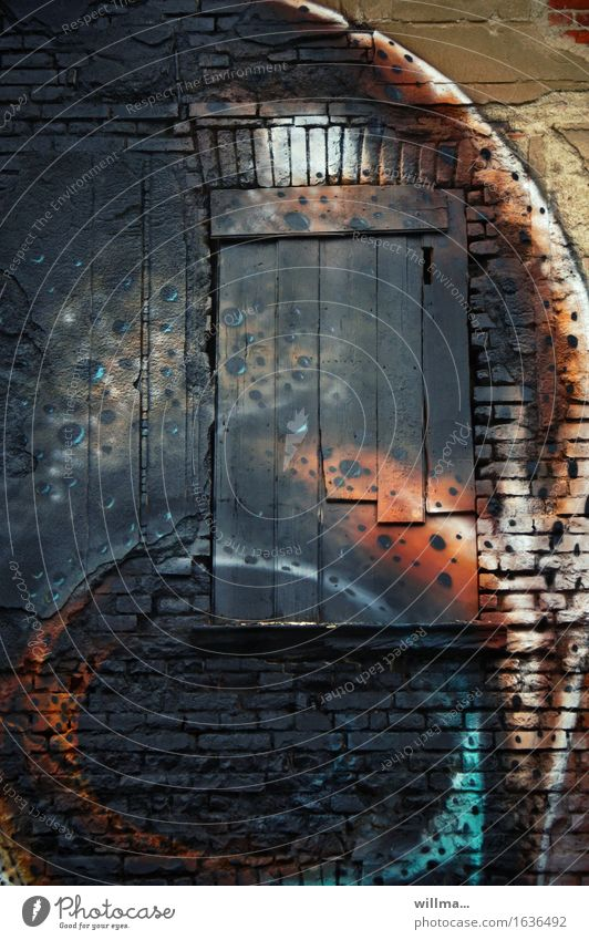 kunst-verfall Subkultur Bauwerk Gebäude Mauer Wand Ziegelbauweise Backsteinwand verbrettert geschlossen vernagelt Fenster Graffiti dunkel einzigartig Stadt