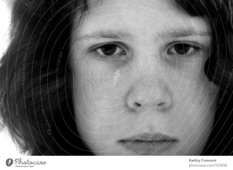 Alt und Grau im Kopf. Mädchen kalt Traurigkeit trist Locken Sommersprossen stur Gesicht gefühlsarm