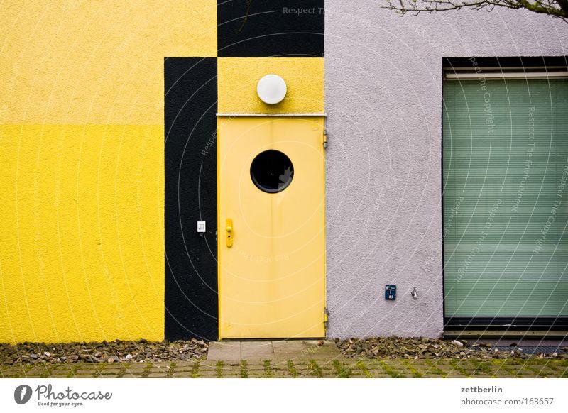 Ein Eingang Farbfoto Außenaufnahme Textfreiraum links Tag Haus Industrieanlage Bauwerk Gebäude Architektur Fassade Fenster Tür Stein Glas Häusliches Leben gelb
