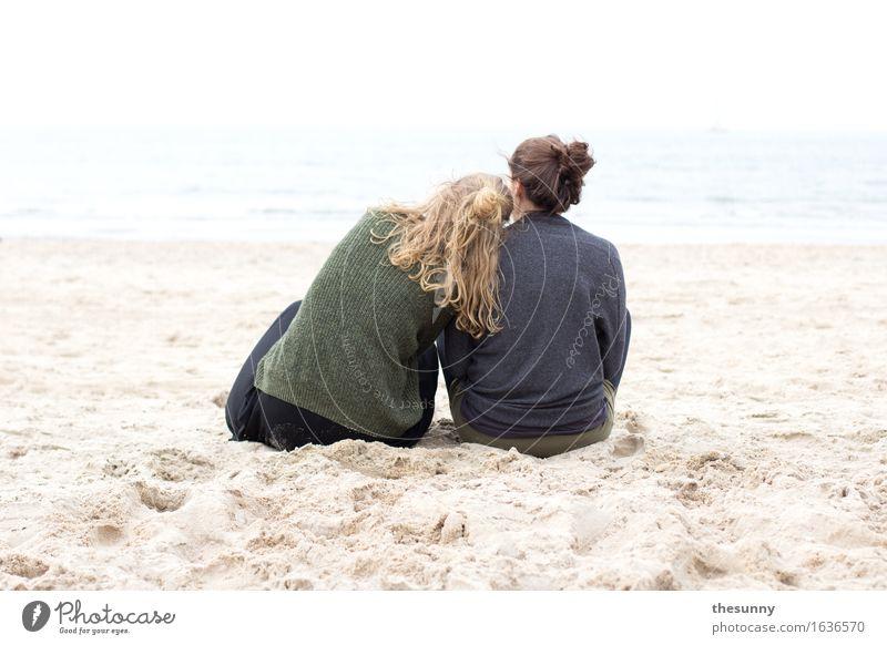 ruhe zu zweit feminin Mädchen Junge Frau Jugendliche Erwachsene Kopf Haare & Frisuren 2 Mensch Sand Wasser Wellen Küste Meer Denken träumen Freundschaft ruhig