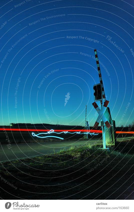 Take me home, country roads Farbfoto mehrfarbig Außenaufnahme Experiment Menschenleer Textfreiraum links Textfreiraum oben Abend Dämmerung Nacht Kunstlicht