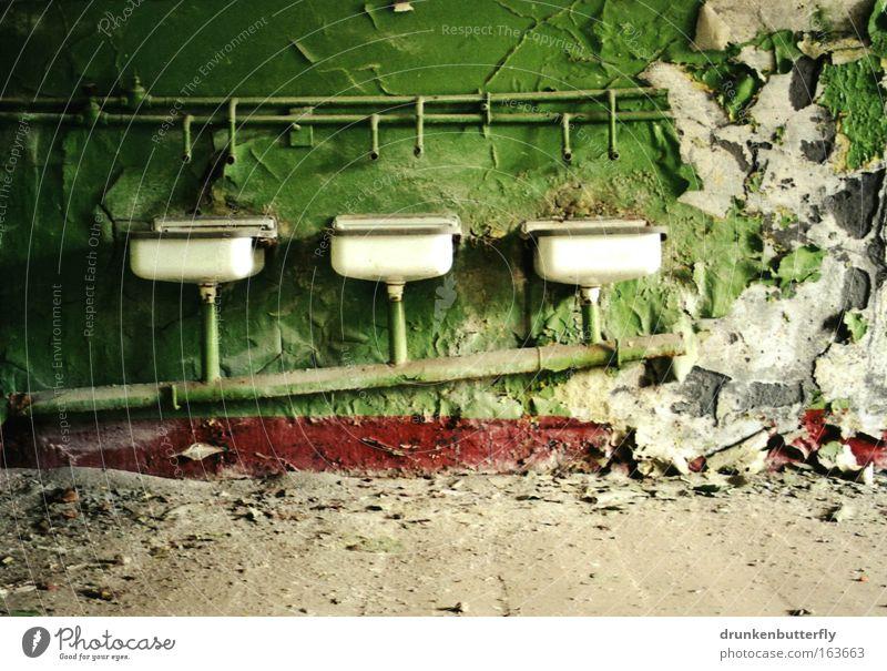 Waschraum Farbfoto mehrfarbig Innenaufnahme Textfreiraum unten Tag Schatten Kontrast Sonnenlicht Menschenleer Haus Fabrik Gebäude Stein Beton alt dreckig