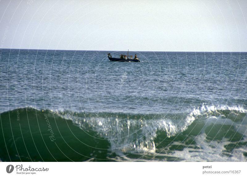 Die Welle Meer Wellen Himmel Fischerboot Arbeit & Erwerbstätigkeit beobachten fahren Erfolg Gelassenheit Fernweh Schaum Farbfoto mehrfarbig Außenaufnahme