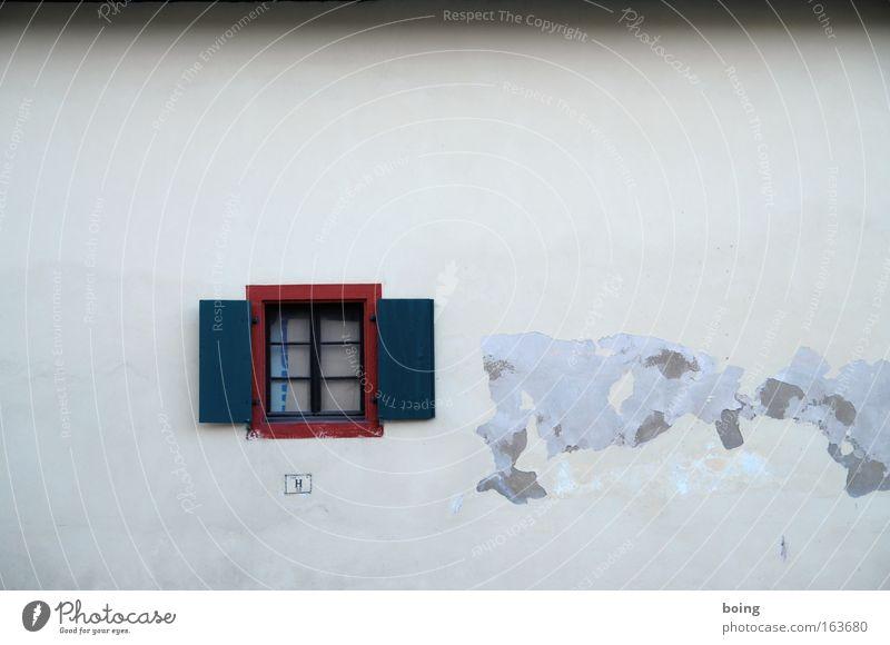 Kartonagenvorhang Fenster Fensterladen Sprossenfenster bröckelnder Putz feuchte Wände 100 H 20 Haus Dorf