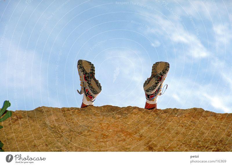 Profil zeigen Mensch Fuß Himmel Wolken Turnschuh Stein Erholung Fitness genießen laufen sitzen warten außergewöhnlich positiv Lebensfreude Begeisterung Ausdauer