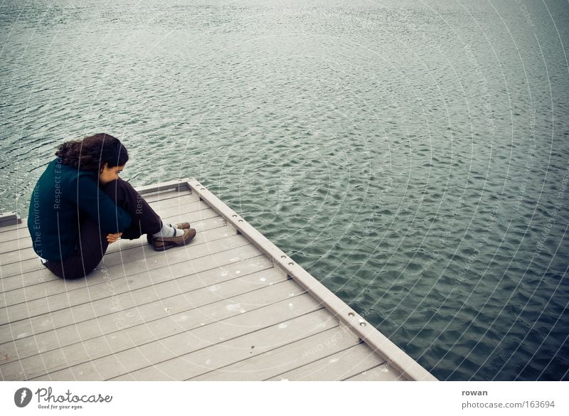 traurig Farbfoto Gedeckte Farben Außenaufnahme Hintergrund neutral Tag Junge Frau Jugendliche Erwachsene 1 Mensch Wasser Seeufer Meer hocken weinen kalt Gefühle