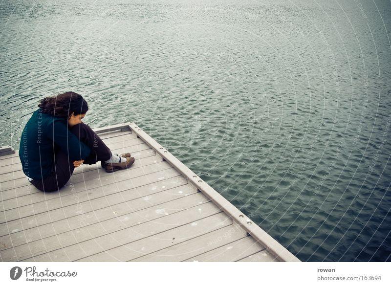 traurig Mensch Frau Jugendliche Wasser Meer Einsamkeit ruhig Erwachsene kalt Gefühle Traurigkeit See Stimmung Trauer Junge Frau Seeufer