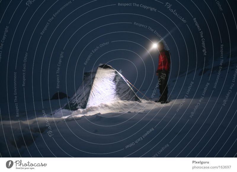 im /\ arschkalt Schnee Djebel Toubkal Atlas Marokko 3000 800 3800m Gipfel Langzeitbelichtung Stirnlampe roter Mann Windjacke sehr geil Expeditionscamping