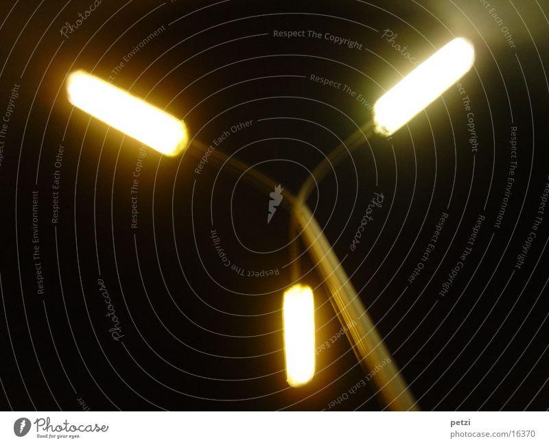 Drei Lichter Industrie leuchten dunkel hell Warmherzigkeit Straßenbeleuchtung 3 Farbfoto Außenaufnahme Textfreiraum links Textfreiraum rechts Textfreiraum unten