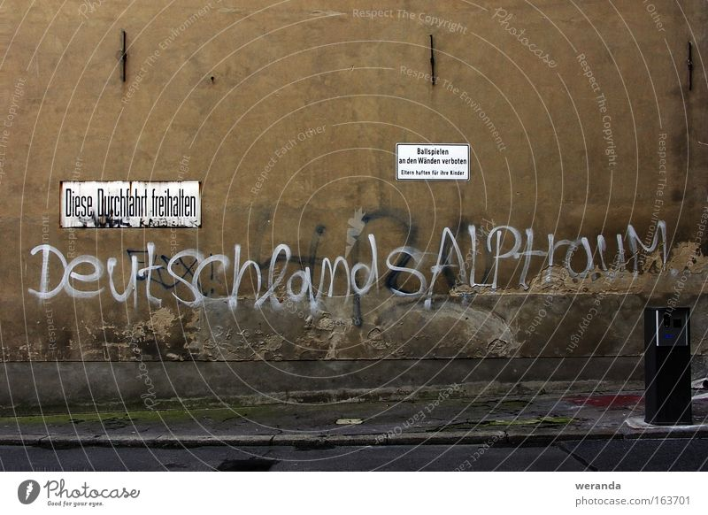 Deutschlands Alptraum grün Straße Wand Spielen grau Mauer Graffiti braun Deutschland Schilder & Markierungen Ball trist Kunst Verbote Putz Text