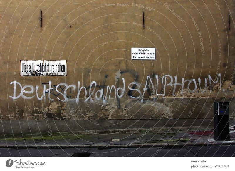 Deutschlands Alptraum Wand Straße Putz Schimmelpilze grün Schilder & Markierungen Text Graffiti grau braun Ball Spielen Verbote trist Mauer Hof