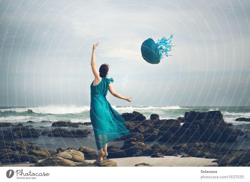 Drachen steigen Ausflug Abenteuer Ferne Freiheit Strand Meer Wellen Mensch feminin Frau Erwachsene 1 Umwelt Natur Landschaft Wasser Horizont Wind Sturm Felsen